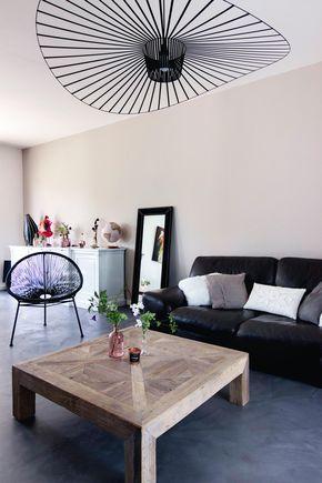salon moderne gris et bois canapé en cuir noir suspension vertigo ...