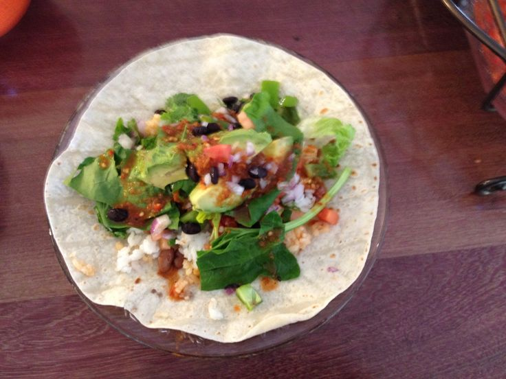 Burrito vegetariano con frijoles negros, arroz y verduras.