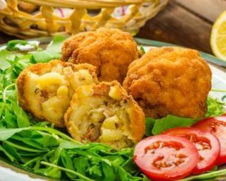 Croquettes légères au thon et restes de coquillettes au four : http://www.fourchette-et-bikini.fr/recettes/recettes-minceur/croquettes-legeres-au-thon-et-restes-de-coquillettes-au-four.html