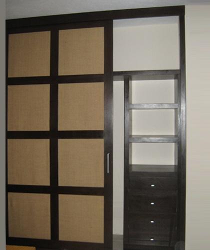 Closet puertas corredizas con aplicaci n de fibra vegetal for Ideas para puertas de closet