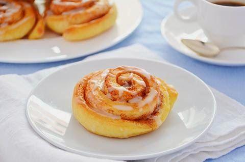 La ricetta dei cinnamon rolls è originaria del Nord Europa, probabilmente della Svezia. I cinnamon rolls sono deliziosi dolci lievitati dall'irresistibile gusto e soprattutto profumo di cannella. I cinnamon rolls sono perfetti per una colazione super coccolosa o una morbida merenda.