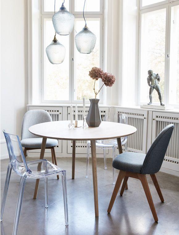 Dänisches Design: Esstisch von HÜBSCH Interior. Der runde Tisch ist aus Eichenholz und prima für die Küche geeignet. Gleich Bestellen ✓ Online-Shop ✓