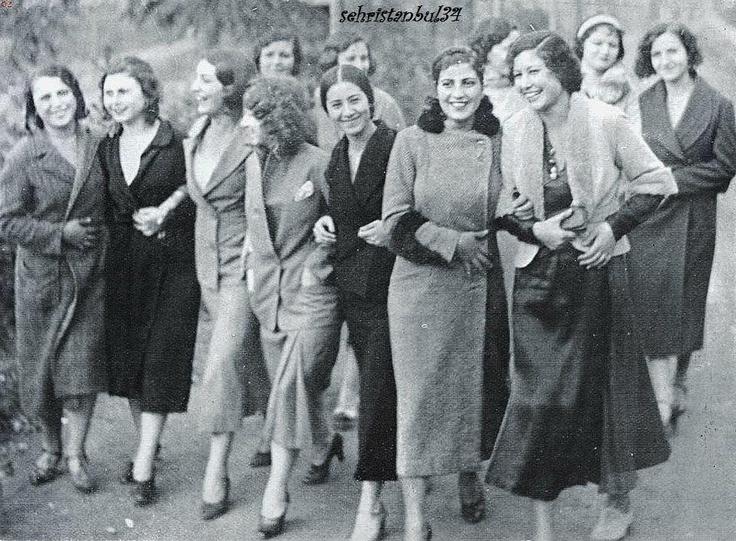 """Darülbedayi kızları – 1930'ların bu gülen yüzleri, İstanbul Şehir Tiyatrosu'nun, o zamanlardaki adıyla Darülbedayi'nin bahçesinde görüntülenmiş. Onlar Darülbedayi'nin oyuncu kızları. Provalara ara verilmiş. Kızlar da bahçede kolkola girip şöyle bir yürüyelim demiş.    (National Geographic fotoğrafçılarının fotoğraflarından oluşan """"Görmediğimiz Türkiye"""" sergisinden)"""