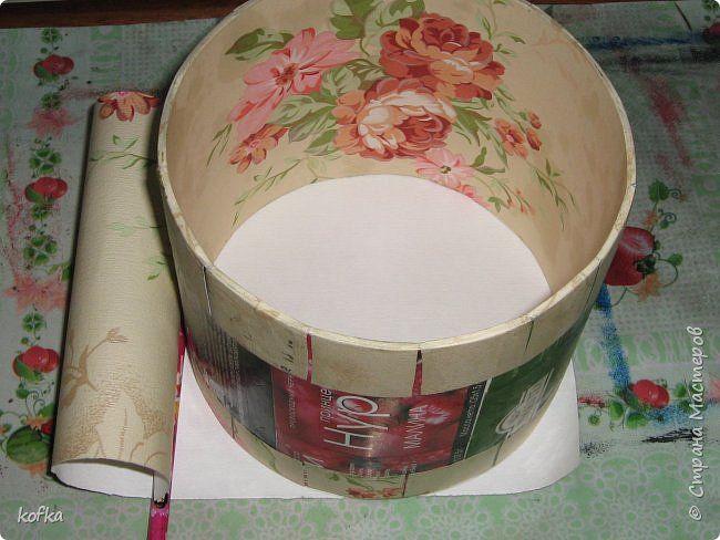 Здравствуйте, дорогие соседи.  Хочу показать процесс создания круглой коробочки-шкатулки из тонкого, всем доступного, картона. Таким способом можно создать объект любого размера, что дает много возможностей, потому как многие привязаны к разным бобинкам от т/б, бумажных полотенец, и т.д. для создания шкатулок и стаканчиков для органайзеров. Еще я нашла способ сделать очень аккуратный стык между стенками и дном изнутри, этого очень сложно добиться, если оклеивать готовое изделие. Темные…