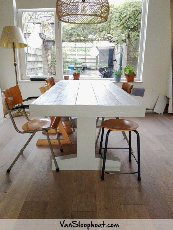 wit interieur steigerhout tafel met een t poot geheel in het wit