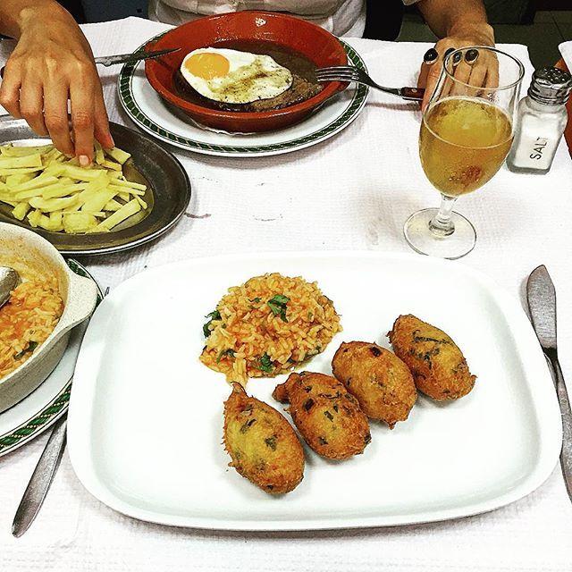 """Pastéis de bacalhau (cod fish cakes) with tomato rice and """"bitoque"""" (beef steak in sauce, fried egg and chips) // tradução: tira a mão, @lutrajano. Olha que pagas com #burpees 😏."""
