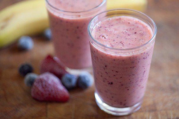 Бананово-ягодный смузи  Сочный смузи для прекрасного настроения с утра! Для его приготовления вам потребуется хороший блендер. Сытный, сладкий, полезный напиток!  Ингредиенты (на 1 порцию):  1 очищенный от кожуры банан 2 стакана замороженных ягод 1 стакан воды 1 ст.л. конопляных семечек 1-2 финика, очищенных от косточек  Рецепт:  В мощном блендере смешайте все ингредиенты до кремовой, однородной массы, добавляя воду по необходимости. Наслаждайтесь напитком неспеша!