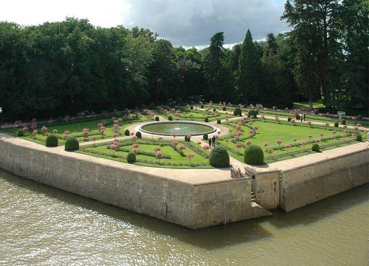 El jardín de Catalina de Médicis, en una vista desde el propio castillo de Chenonceau. es de una concepción más intimista, y se encuentra construido en torno de un estanque central. Está rodeado por un foso que se alimenta con las aguas del río Cher y que delimita su perímetro por el este.