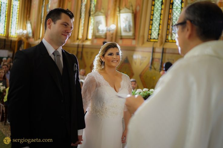 #weddingphotojournalism #weddingdress #weddingday #fotojornalismocasamentosp #sony #a7ii #sonyimages #brprofessionalphotographers #novios #noivos #bride #groom #padre #priest #igreja #church #saopaulo #weddingbrazil  #light #backlight