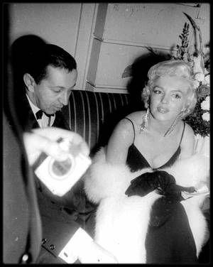 """12 Décembre 1955 / (part II) C'est au bras de Marlon BRANDO que Marilyn se rend à la Première du film """"The rose tattoo"""" ; après la projection du film, les célébrités se rendent à une soirée tenue au """"Sheraton Astor Hotel"""", dans le but de récolter des fonds pour """"l'Actors Studio"""" (100 000 dollars seront obtenus), lors d'un dîner et d'une soirée dansante où les reporters sont nombreux. Marilyn est escortée par Marlon BRANDO, avec qui elle vit alors une aventure amoureusement secrète à cette…"""