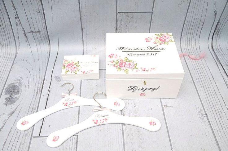 Białe pudełko na koperty w zestawie z pudełkiem na obrączki. W komplecie także wieszaki ślubne - wszystko z motywem pięknych róż!  Zestaw ślubny dostępny w sklepie internetowym Madame Allure!