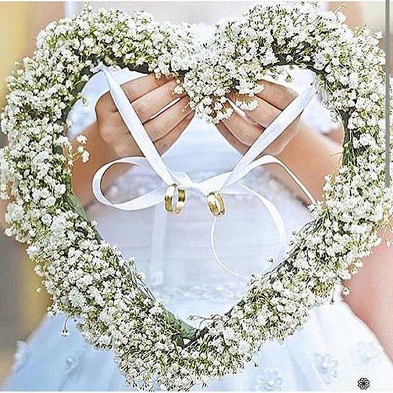 Procurando uma forma linda de levar as alianças ao altar? Se inspirem nessa girlanda de coração. Para casamentos ao ar livre elas fazem uma excelente combinação!!! Bom diaaaa