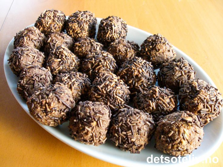 """""""Punsjeboller med mild smak"""" er små og myke punsjeboller med spesielt mild og god smak, som egner seg ekstra godt for barn. Oppskriften gir 25 stk. Se også oppskrift på """"Punsjeboller"""", """"Punsjeboller med syltetøy"""" og """"Punsjeboller med nøtter""""."""