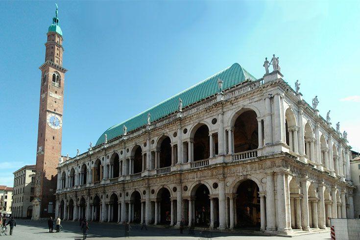 http://www.cult-turist.ru/img/2506_orig.jpg На площади Piazza dei Signori, в самом сердце исторического центра Виченцы, расположено величайшее творение Андреа Палладио базилика Палладиана (Basilica Palladiana).