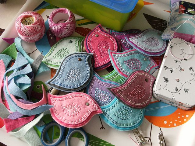 pastel pretties --felt bird brooches from contented be
