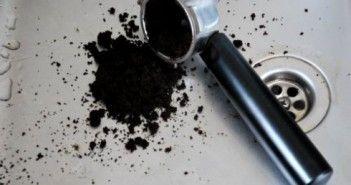 Ne jetez plus le marc de café ! Pour chasser les fourmis. Cet été la maison a été envahie de fourmi, on a tout essayé : trait de craie, boite anti fourmis, le seul truc qui en ait venu à bout a été le marc de café humide, radical contre les fourmis!