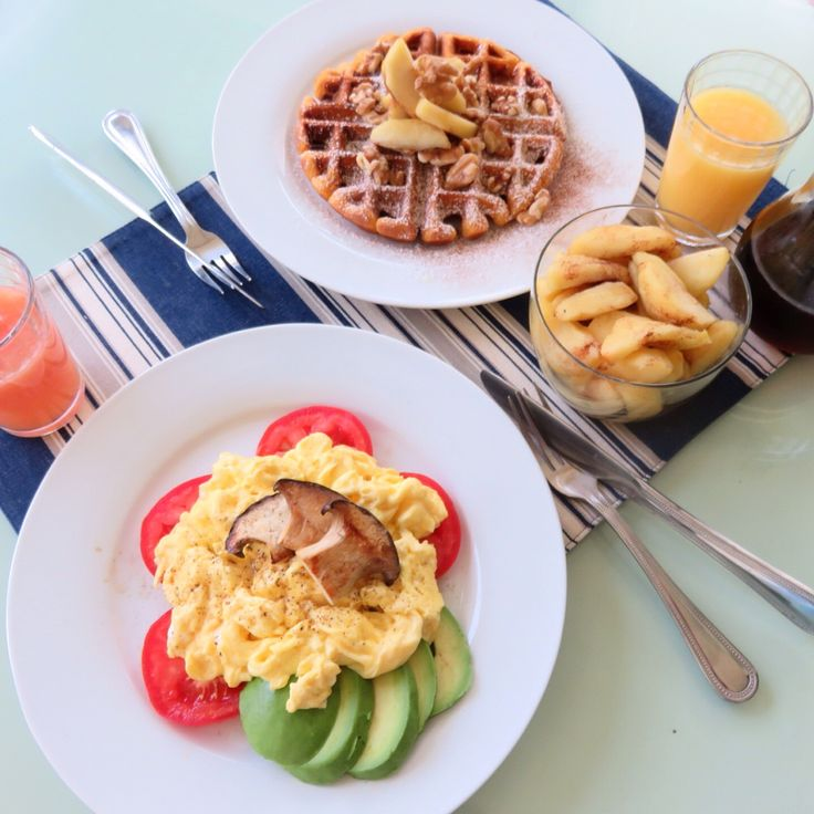Weekend special for my hubby Pumpkin pie flavored Waffle with Walnut and apple, my self for two scramble eggs and avocado&tomato.  I am in diet>.< 즐거운 토요일 아침!! 다이어트 시작한지 이틀만에 1파운드 줄어 오늘아침은 완전 행복  서방님은 가을기분좀 내보라고 호박파이재료넣고 와플만들어 주고 나는 다이어트 중이니까 계란 두개 스크램블해서 토마토랑 아보카도. 와플한조각 얻어서 메이플시럽 똑떨어트려 먹었는데 무지 맛있다 ㅠ.ㅠ  사과가 시들어서 쪼글해진것을 어제밤에 카라멜소스만들어 익혀놨는데 요것도 서방먹이기ㅎㅎㅎ 완전범죄 *펌킨파이와플 요리법- 계량컵에 펌킨파이믹스를1/2컵 선까지 넣고 계란한개를 넣어 잘 섞어준후 팬케익 가루를 1 1/2선까지, 그리고 물을 2컵 선까지넣고 식용유 작은한술 넣어 잘저어서 와플팬에 구워 주던가 팬케익으로 부치면 됌.