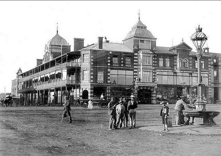 Henwood's Building situated on the Market Square, extending to Pritchard Street. Note the arcade in the building joining up with Pritchard Street. Pictured sometime in 1896. (With acknowledgement to Friedel Hansen)