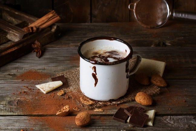 Gorąca czekolada to jeden z najlepszych zimowych napojów. Filiżanka ciepłego, słodkiego płynu idealnie rozgrzewa i błyskawicznie poprawia nastrój. Poznajcie nasz przepis na zdrową, gorącą czekoladę!  #czekolada #przepis #rozgrzewające #domowe #zima #przekąska #deser #chocolate #hot #recepis #snacks #healthy #winter #homemade #abcZdrowie