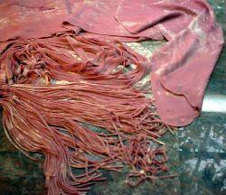 Masa de remolacha con amasado manual para tallarines, cintas, moñitos