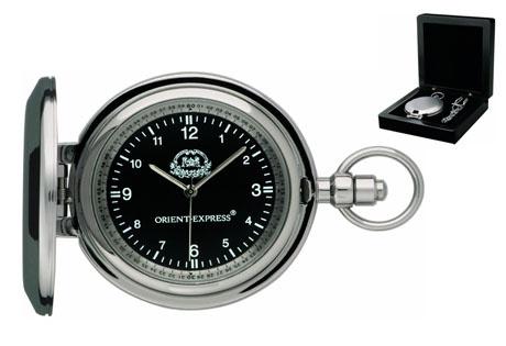 Reloj de bolsillo con cadena en caja de madera.