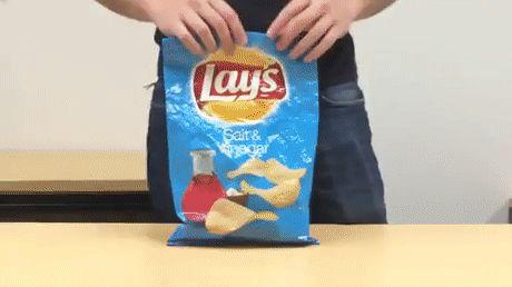 Oke oke… We kunnen ons voorstellen dat het niet al te vaak voorkomt dat een zak chips niet in één keer leeg gaat, en je 'm weer dicht moet vouwen voor het restant. Maar mocht dat zo nu en dan toch gebeuren, hebben we een briljante lifehack voor je, geleerd van onze zusjes van NSMBL. …