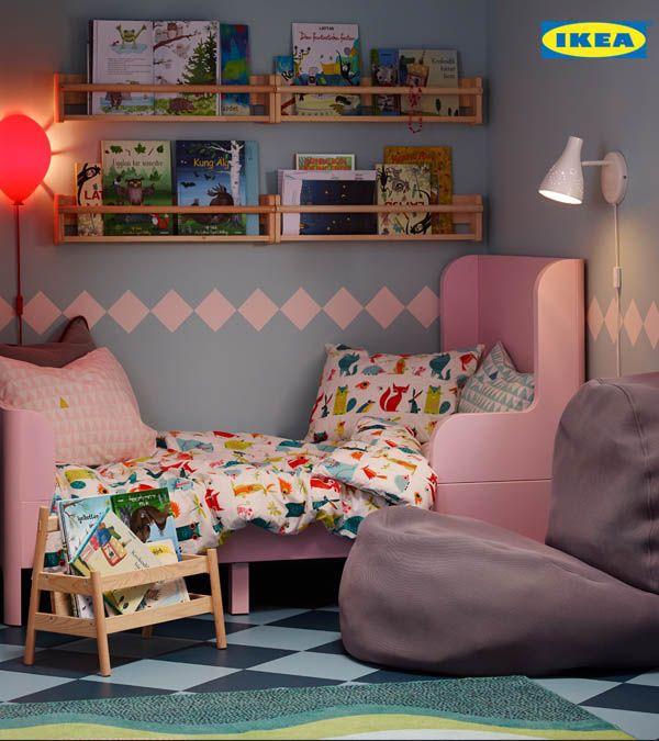 Un espace pour jouer et grandir. Évolutif, le lit BUSUNGE s'ajuste en longueur pour s'adapter à la croissance de votre enfant. Pour une touche de fantaisie, ajoutez la housse de couette LATTJO.