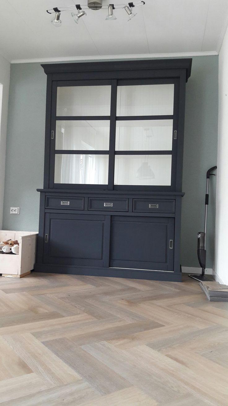 Nieuwe pvc vloer van Therdex Herringbone en een geschilderde kast Le Noir & Blanc - Charcoal Black.
