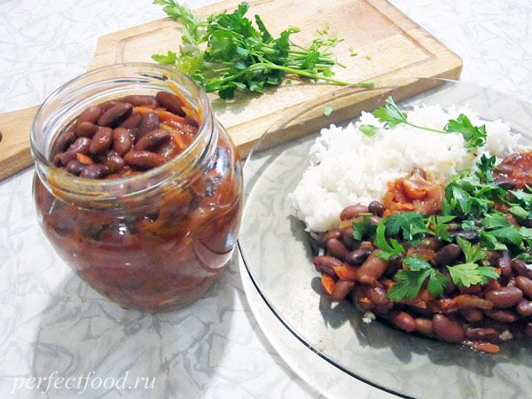 Лобио из фасоли - рецепт  Красная фасоль — 250 г.  1 морковка.  1 луковица (120 г).  3 столовые ложки томатной пасты.  1 щепотка мускатного ореха.  1 щепотка молотого имбиря.  1 столовая ложка паприки.  1 столовая ложка прованских трав.  Соль по вкусу.  Оливковое масло рафинированное (или другое растительное масло).