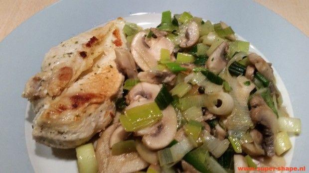 Koolhydraatarm recept voor gekruide kip met prei en champignons