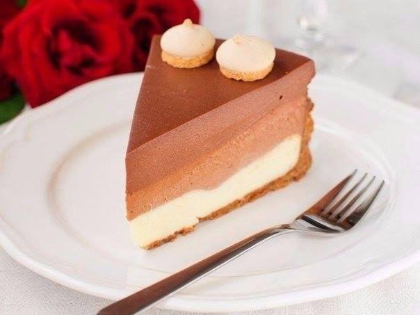 """Торт """"Три шоколада"""" <br> <br>Ингредиенты: <br> <br>Песочное печенье — 300 г <br>Масло сливочное — 125 г <br>Желатин листовой — 5 шт. <br>Творожный сыр — 750 г <br>Сахар — 0,5 стакана <br>Сливки 33% — 300 мл <br>Шоколад белый — 200 г <br>Шоколад молочный — 200 г <br>Шоколад темный — 200 г <br>Вода.."""