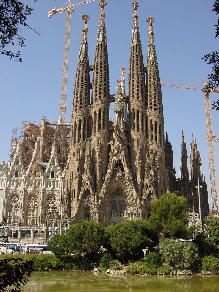 Antoni Gaudi. Sagrada Familia - Barcelona 1883-1926 si in prezent