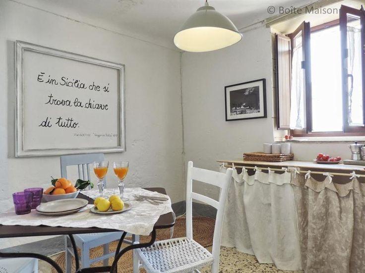Home staging per casa vacanza in Sicilia : Case in stile mediterraneo di Boite Maison