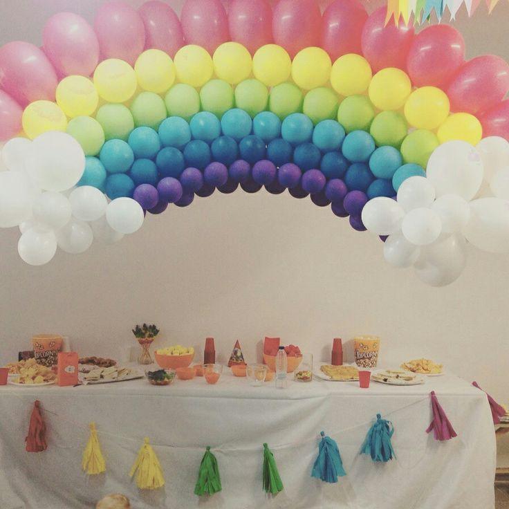 Decoración de arcoiris para un cumpleaños.