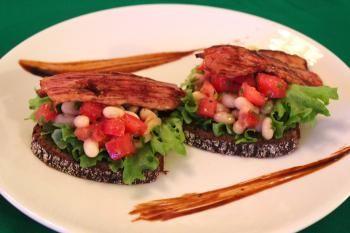 Tästä eväästä saa kirjaimellisesti papua päivään! Perunalimppu nauttii papusalaatin ruokaisasti siansavukyljen kera.