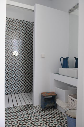 chão com estrutura de madeira por...cima em vez de só isolamento térmico no chão  do duche...