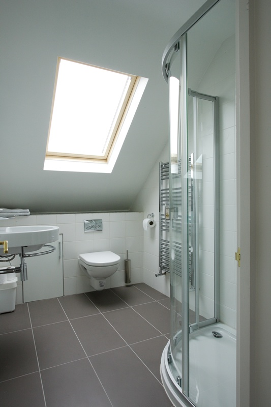 Another attic bathroom koupelna podkrov st e n okno for Bathroom ideas loft conversion