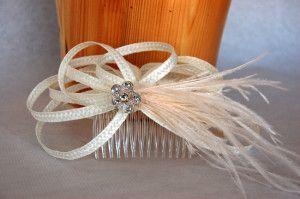 Peineta de rafia para novia con pluma beige Luisa Gala