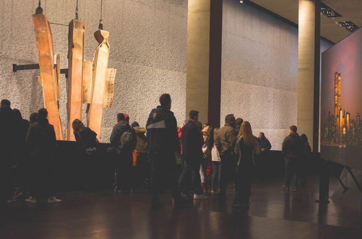 Le National September 11 Memorial & Museum rendent hommage aux milliers de personnes tuées dans les attaques du 11 septembre 2001 mais aussi du 26 février 1993. 9/11 Museum honore la force de ceux qui ont survécu, le courage de ceux qui ont risqué leur vie pour en sauver d'autres et bien sûr les disparus.