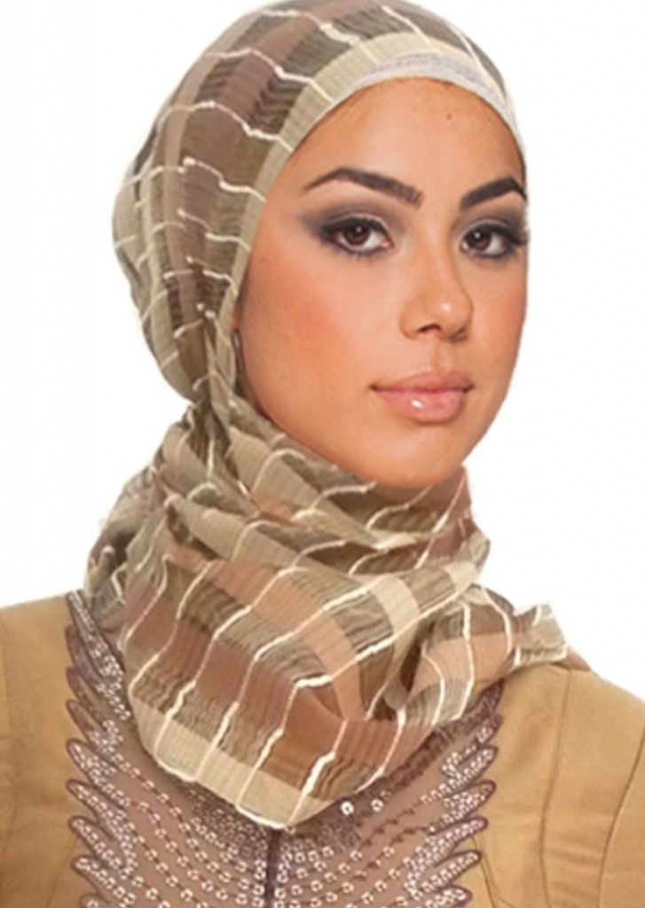 The round face shape:  For all women that have a round face, it is suggestible to avoid underscarves that are pulled down over the forehead because it makes your face look shorter. If you like wearing underscarves then just hide it good so it doesn't show on your forehead.  For this type of face the hijab is recommended to start at the beginning of the hairline, such as shown in this picture.