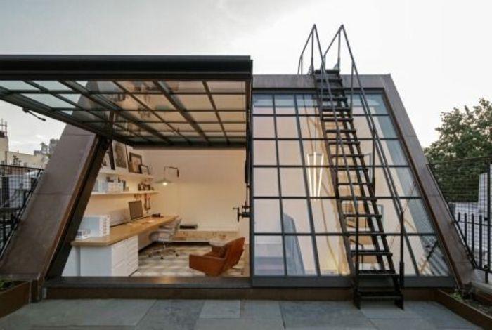Une maison fenêtre de toit