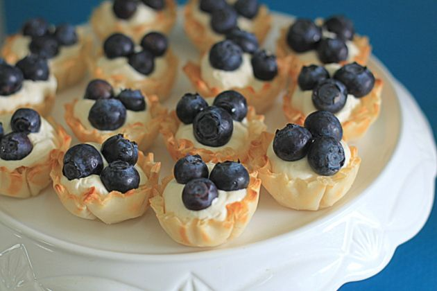 No-Bake Blueberry Cheesecake Tarts: No need to turn on the oven on a hot day.Sour Cream, No Bak Blueberries, Cheesecake Tarts, Minis Tarts, Cream Cheese, Cheesecake Minis, Blueberry Cheesecake, Blueberries Cheesecake, Nobake Blueberries