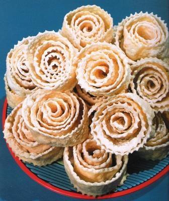 ХВОРОСТ (разные виды): Для крутого теста: -сливки – ½ стакана; -яичные желтки – 3 штуки; -сахар – 1 столовая ложка; -мука – 1-1,5 стакана; -водка – 1-2 столовые ложки; -сахарная пудра, корица, красный молотый перец для посыпки; -жир для фритюра.