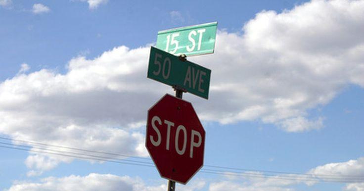 Tipos de señales de tránsito y su significado. Un automovilista responsable debería conocer todas y cada una de las señales de tránsito. Dependiendo de la forma, el color y la ubicación; las señales dan advertencias e información al conductor. Según el Manual de Dispositivos de Control de Tránsito, una señal debe cumplir cinco requerimientos básicos: satisfacer una necesidad, llamar la ...