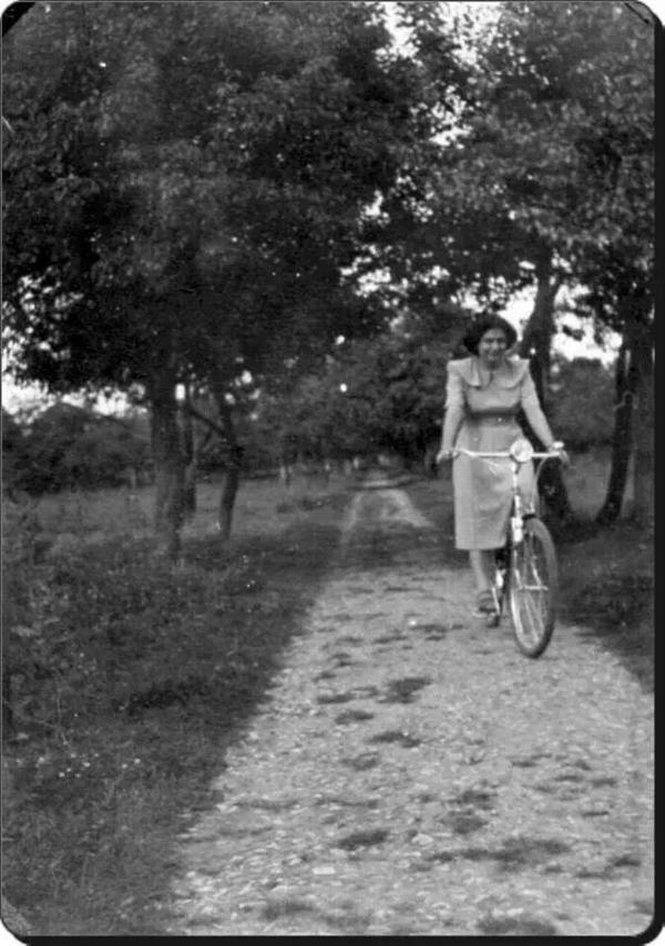 İstanbul'da ağaçların arasında bisiklet süren bir kadın F: Erenköy, 1950'ler #istanlook #nostalji