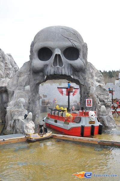 7/11 | Photo de l'attraction Kapt'n Nicks Piratenschlacht située à Legoland Deutschland (Allemagne). Plus d'information sur notre site http://www.e-coasters.com !! Tous les meilleurs Parcs d'Attractions sur un seul site web !!