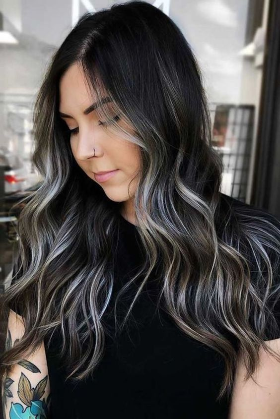 High-contrast hair, tendencia perfecta para cabello oscuro Brunette With Blonde Highlights, Black Hair With Highlights, Brown Blonde Hair, Highlights For Brunettes, Black Hair With Lowlights, Dark Highlighted Hair, Color For Brunettes, Partial Balayage Brunettes, Hair Color Ideas For Brunettes For Summer