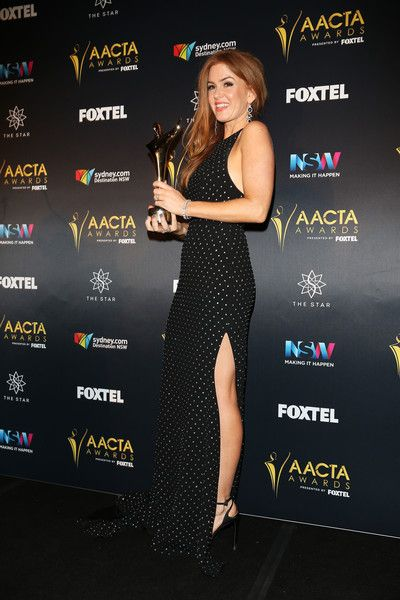 Isla Fisher Photos Photos - Isla Fisher poses in the media room after winning the Trailblazer Award at the 6th AACTA Awards Presented by Foxtel at The Star on December 7, 2016 in Sydney, Australia. - 6th AACTA Awards Presented by Foxtel | Media Room