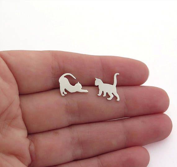 Niet-overeenkomende sterling zilver katten oorbellen. Speelse oorbellen voor kattenliefhebbers. Twee verschillende katten, een staat met zijn staart omhoog, en in het tweede voorbeeld is stretching. Deze schattige oorbellen zijn 100% handgemaakt door mij. Ik zag de kat-cijfers met