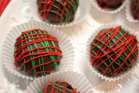 Oh, oh, oh, these are good. They're Oreo Christmas truffles, and they're as festive as they are fabulous tasting. The middle is a creamy mix...